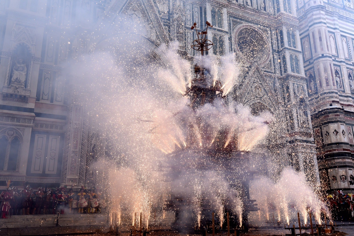 """Image of the event in Florence of the """"scoppio del carro"""""""